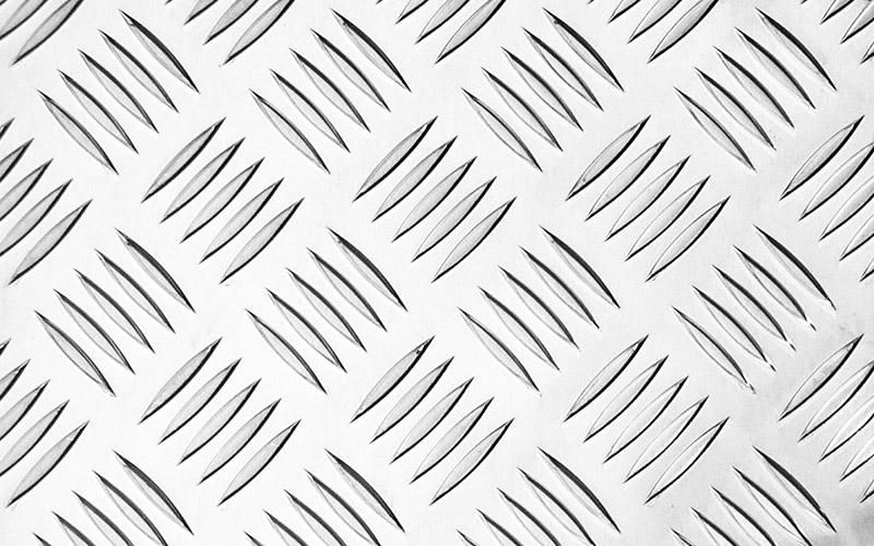 Алюминиевый лист толщиной 2 мм насадка запросто разрежет, а вот толстая нержавеющая сталь ей будет уже не под силу