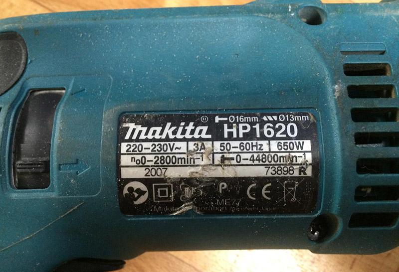 На шильдике электроинструмента можно найти все необходимые данные по скорости и мощности дрели