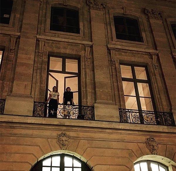 Через открытое окно видна трёхметровая высота гостиной