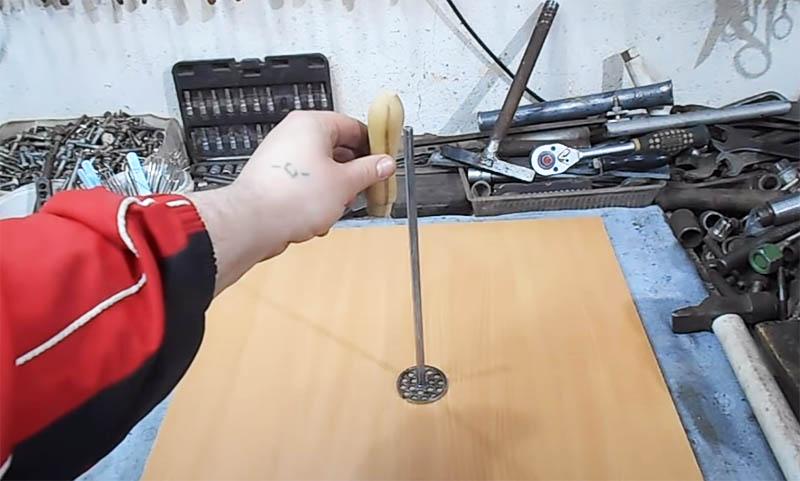 Остаётся только насадить на пруток деревянную рукоятку от старого напильника или стамески