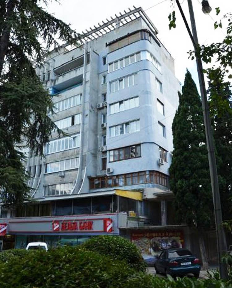Здание, в котором находится квартира певицы, местные жители называют домом Ротару