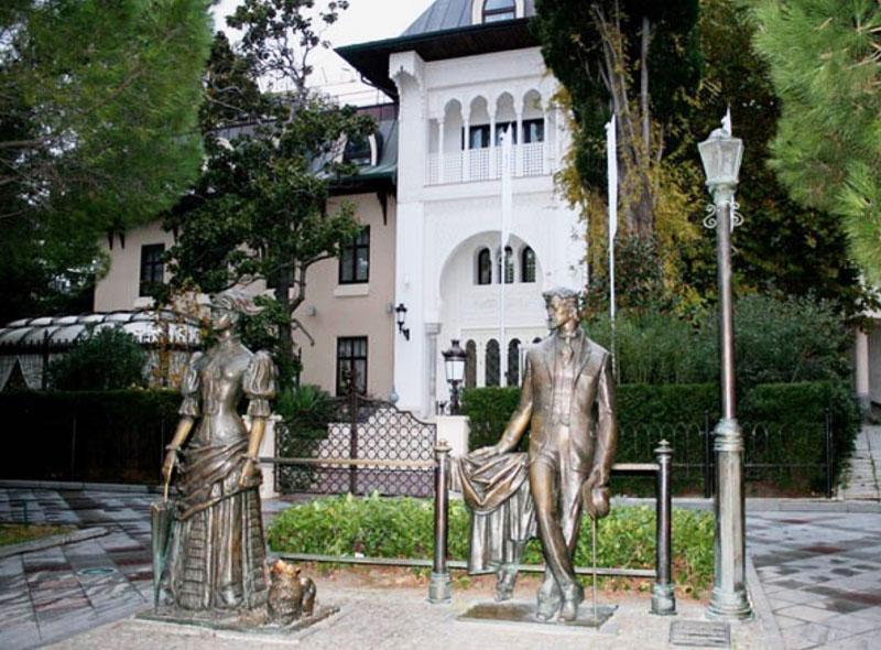 У входа в отель гостей встречают бронзовые фигуры прогуливающихся постояльцев