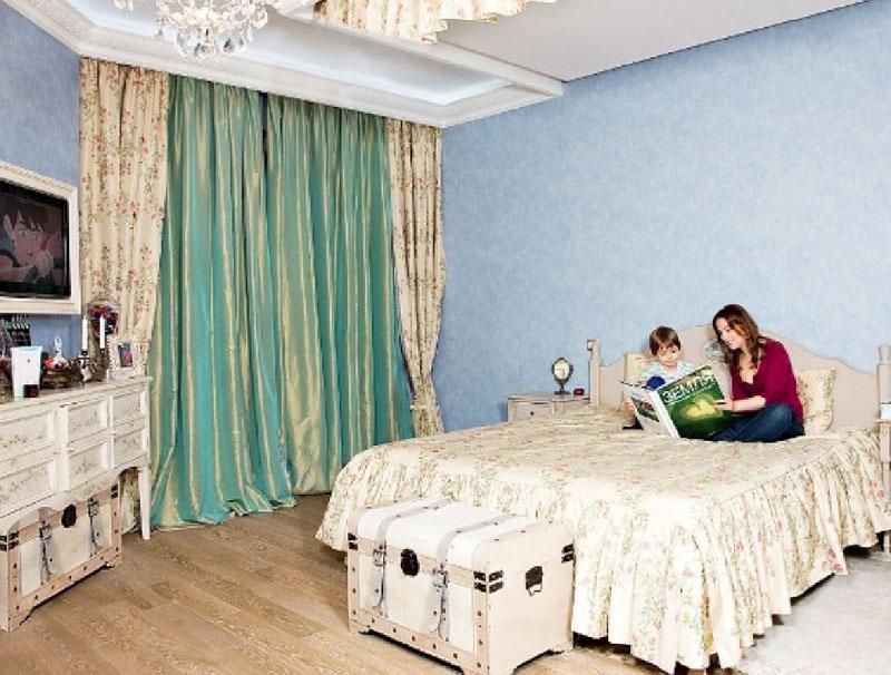 Освещает спальню дизайнерская люстра в виде россыпи стеклянных элементов, украшенных светодиодами