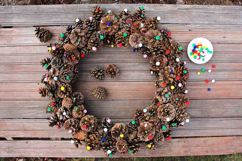 Используйте для украшения венка цветные бусины, атласные ленты и все предметы декора, которые сможете найти у себя дома