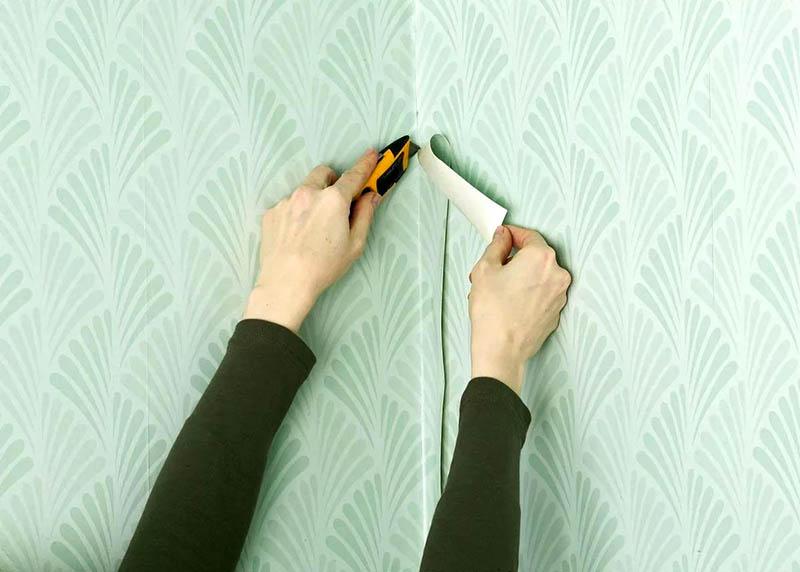 Не пытайтесь рассчитать ширину и длину обоев с точностью до миллиметра, чтобы было удобнее клеить их на стену. После того как лист будет приклеен, вы сможете убрать всё лишнее. Главная задача – не допустить появления комков, которые могут испортить весь вид