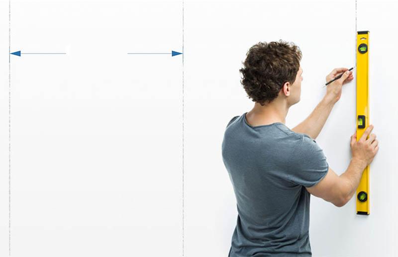 При желании вы можете нанести разметку на стены по всей комнате – так вам не придётся проводить дополнительные замеры, вы можете просто приклеивать обои там, где имеется прямая линия