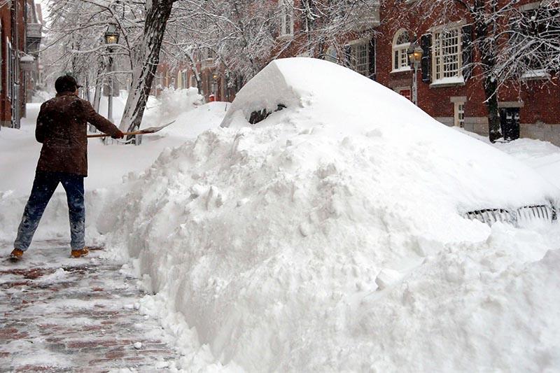 Иногда расчистка снега вручную остаётся единственным возможным вариантом… или?..