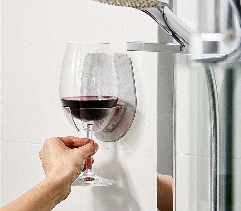 Никакого риска разбить хрупкое стекло ‒ и при том необыкновенно удобно. Кстати, в такой держатель отлично помещается и баночка пива