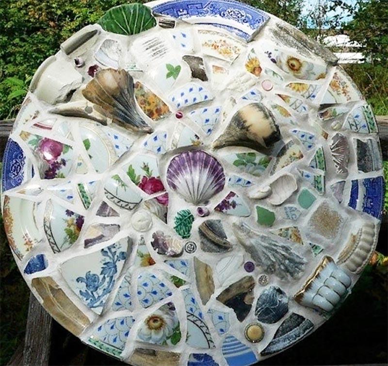 Из цветной мозаики с фрагментами чашек получится необычное панно, которое украсит любое помещение в вашем доме