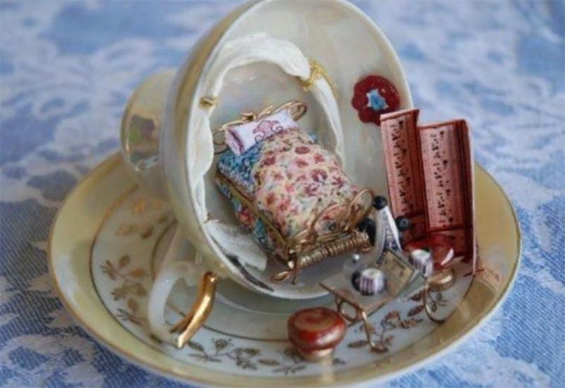 Для создания таких миниатюр в продаже есть крошечные предметы интерьера, это настоящее искусство