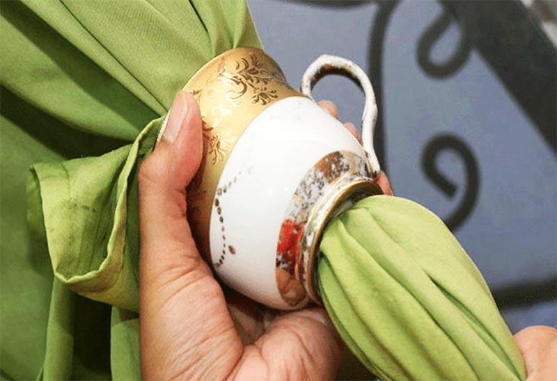 Если аккуратно удалить у чашки донышко, то сквозь неё легко и просто проденется ткань
