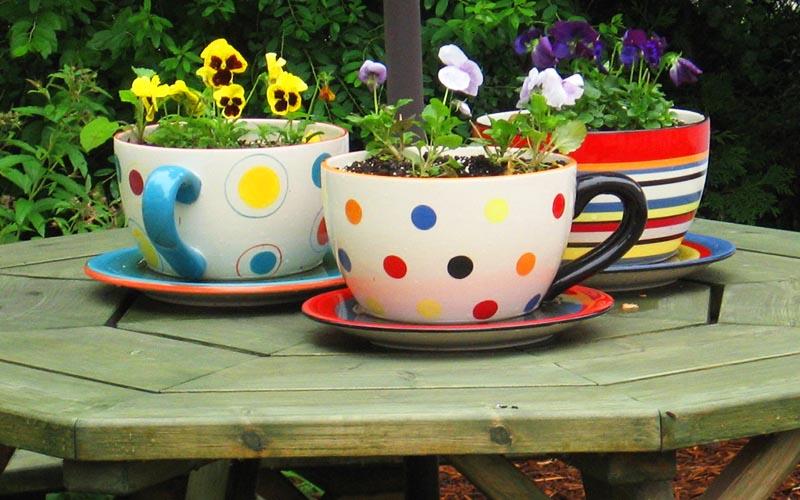 Такие чашки отлично впишутся в обстановку летней беседки или кухни. В них можно посадить цветы или салатную зелень