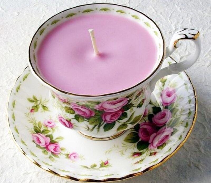 Вы можете просто заполнить чашку воском, добавить в него немного капель ароматического масла и, пока воск не застыл, уложить фитиль