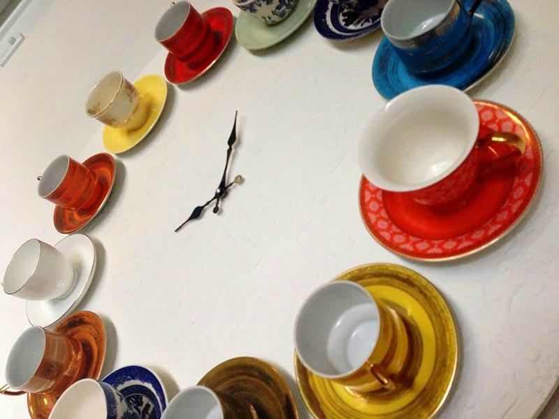 Если расположить чашки по кругу, а в центре поместить стрелки часового механизма, каждый час будет временем чаепития