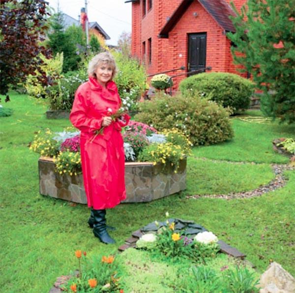 Садовник придаёт кронам декоративных кустарников шарообразную форму