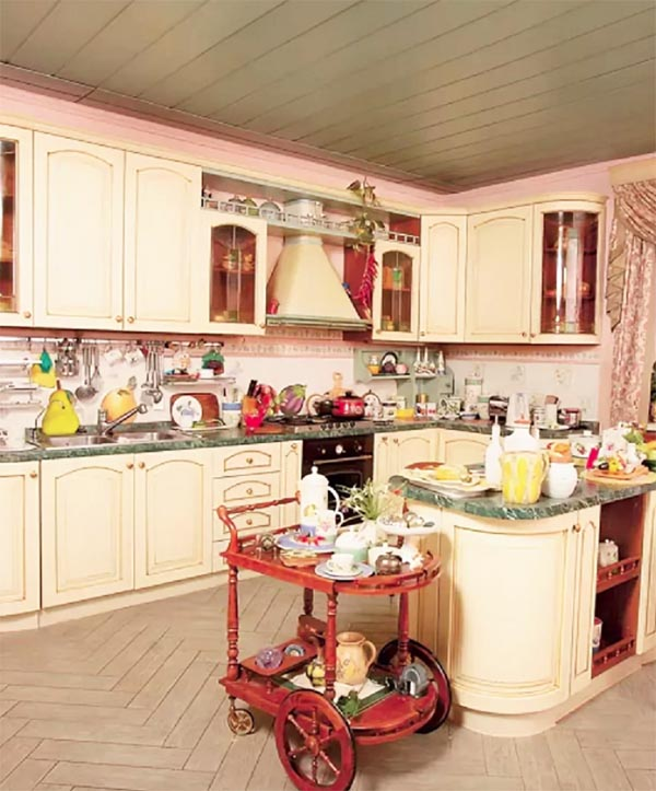Стильный столик из массива на колёсиках выступает на кухне как эффектный арт-объект