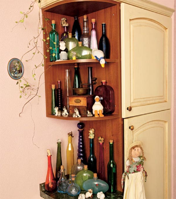 На открытых полочках встроенного шкафа разместили необычные бутылки, которые собирает телеведущая