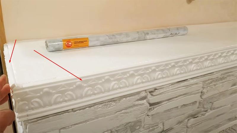 Потолочный плинтус используется для декорации плиты сверху