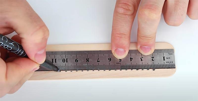 На рейках через равные расстояния нужно сделать отметки