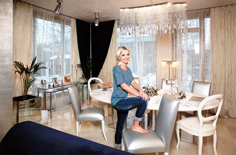Над обеденным столом повесили дизайнерскую люстру прямоугольной формы, украшенную каскадом хрустальных подвесок