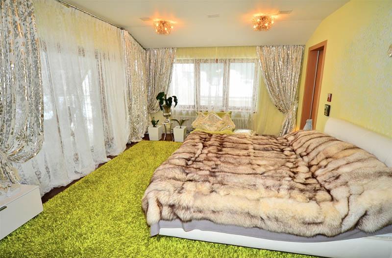 На окнах повесили нежный комплект из белоснежного тюля и портьер с серебряно-золотыми цветочными узорами