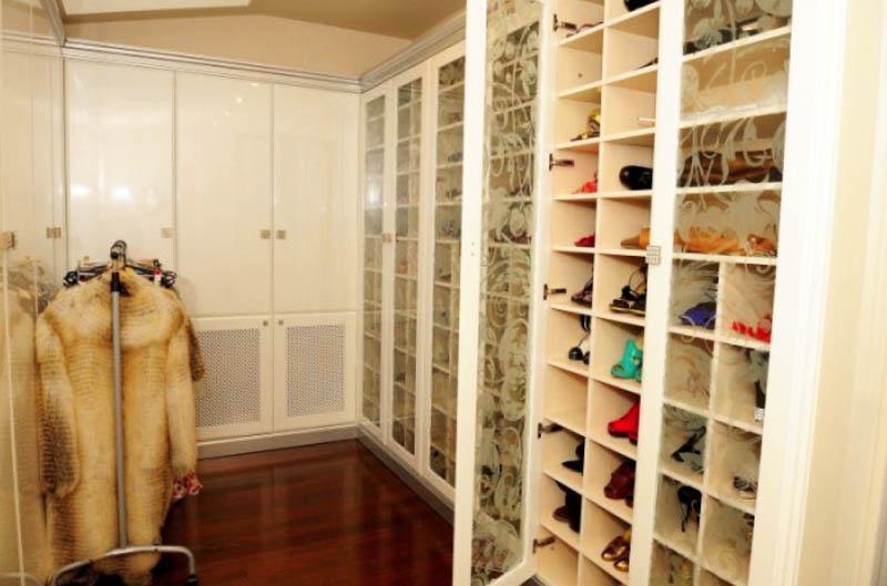 Для белья установили корзины и ящички в закрытых шкафах