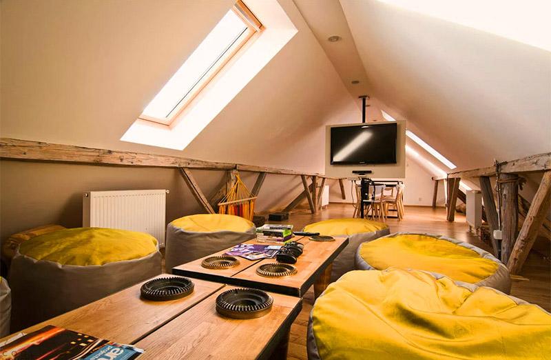 Комната отдыха из чердака может получиться идеальная, да и мебели понадобится минимум