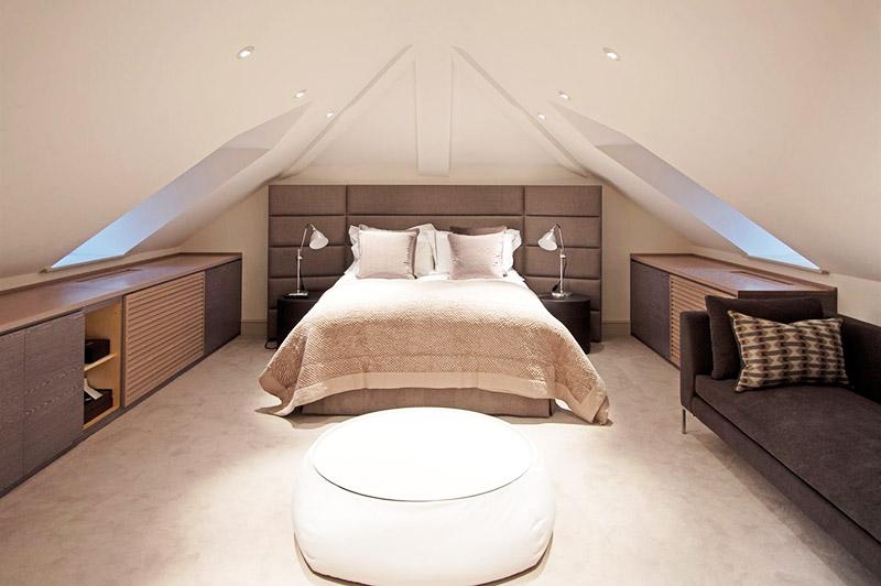 Небольшую мансарду можно переделать в полноценную спальню
