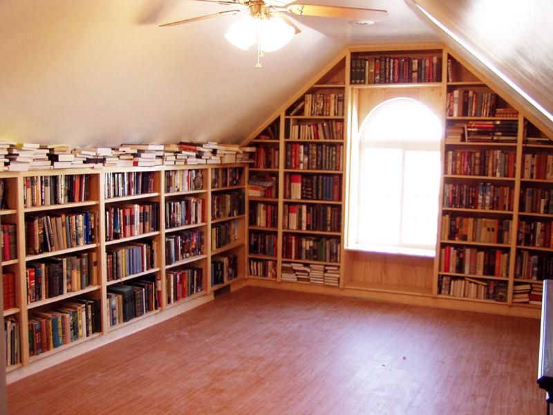 Библиотека – ещё один вариант использования чердачного пространства