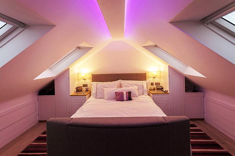 Для спальни лучше использовать мягкую, даже интимную подсветку