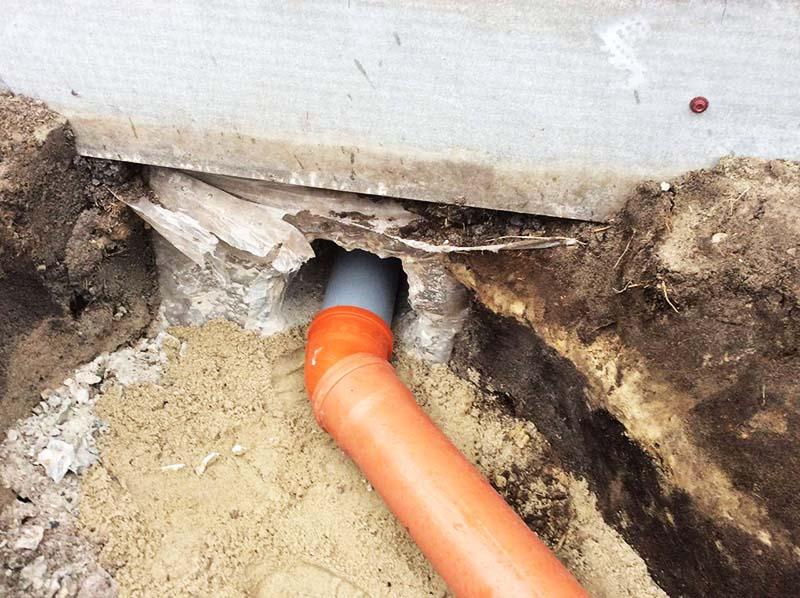 Отверстие в фундаменте для провода канализационной трубы