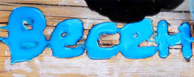 Вырезанные буквы заливаются эпоксидным составом с люминофором