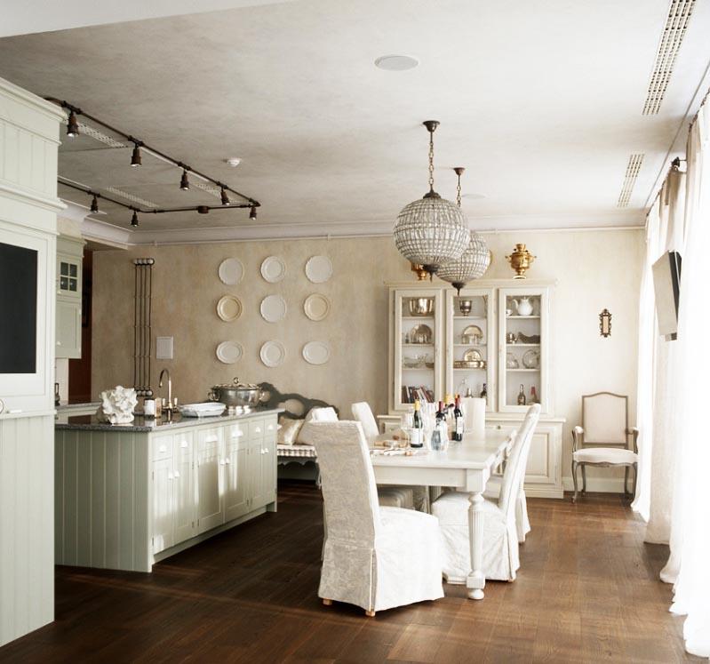Кухню украшают оригинальные хрустальные люстры в виде шаров и декоративные тарелочки на стене