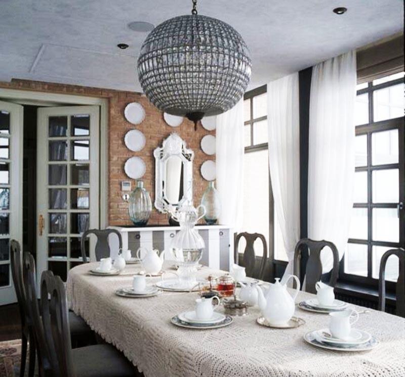 Когда собирается много гостей, накрывают большой стол, украшенный льняной скатертью