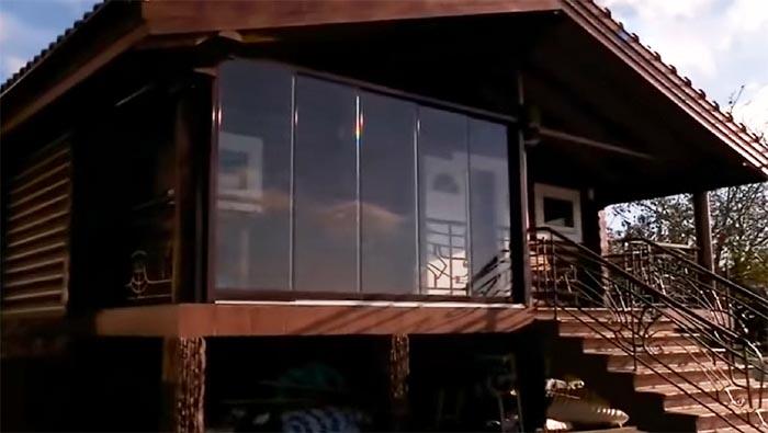 На просторной террасе банного комплекса зона отдыха защищена от непогоды стеклянными панелями
