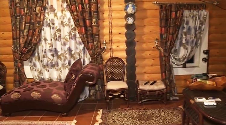 В зоне отдыха поставили удобную мягкую мебель и роскошную софу