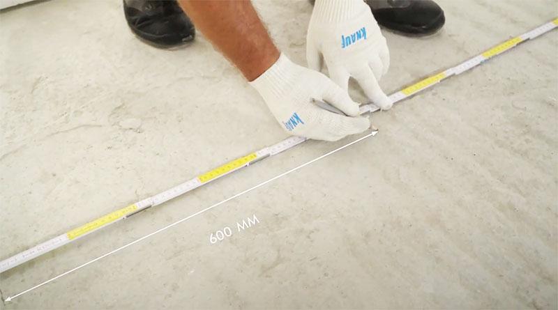 Через каждые 60 см делаются отметки для установки вертикальных стоек