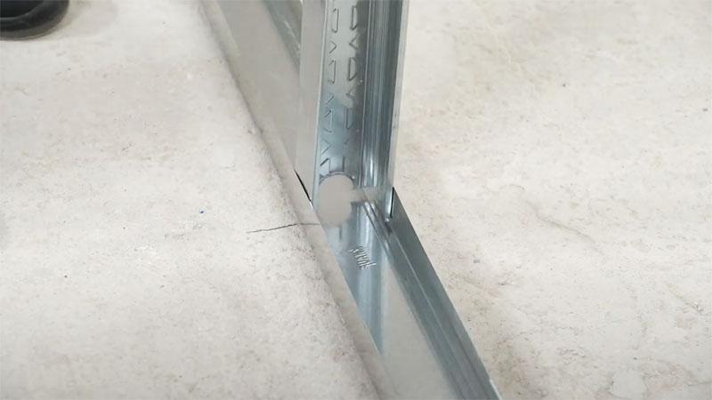 Вертикальные стойки устанавливаются по заранее выставленным меткам