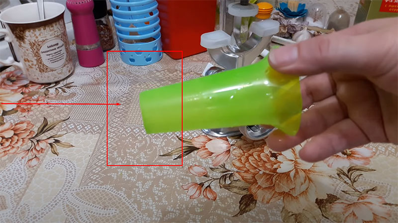 Горлышко пластиковой воронки необходимо обработать наждачной бумагой