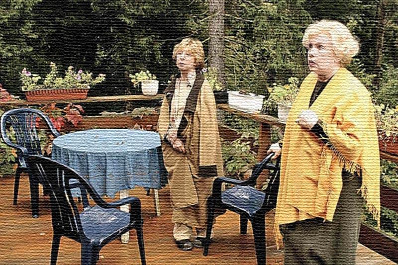 Подруги любят собираться за семейными ужинами на просторной террасе
