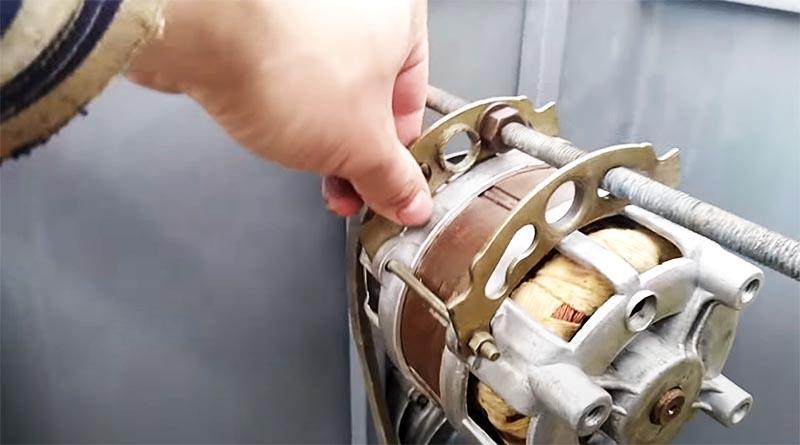 Двигатель должен быть подвижен, чтобы можно было натянуть ремень