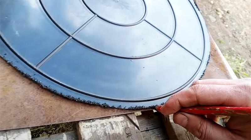 Размечаем круг на листовом металле, который нужно будет вырезать