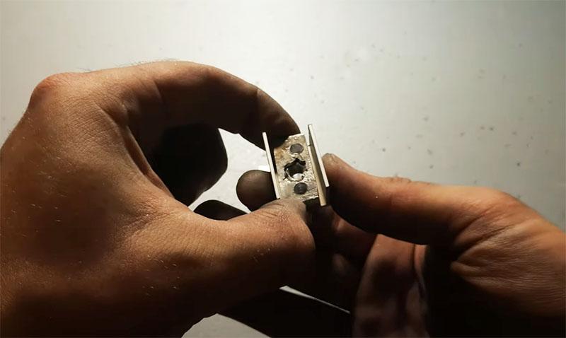 П-образный профиль обрезается по размеру шины с гайкой