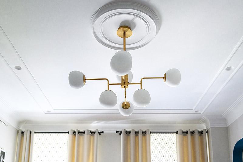 На потолке в дополнение к центральной люстре по периметру установили точечную подсветку