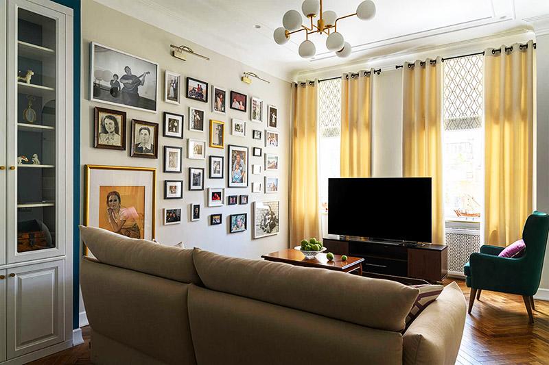 Фотографии сверху подсвечиваются стильными светодиодными светильниками в бронзовых корпусах