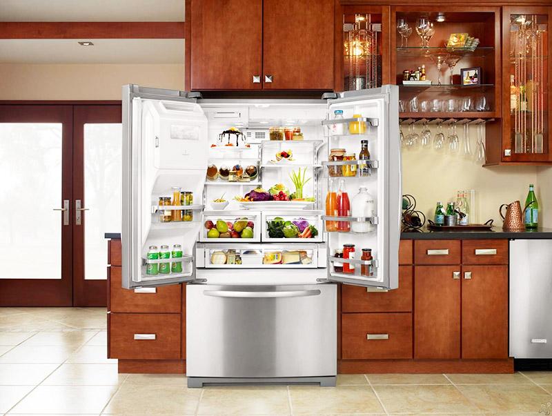 Широкий холодильник с распашными дверцами