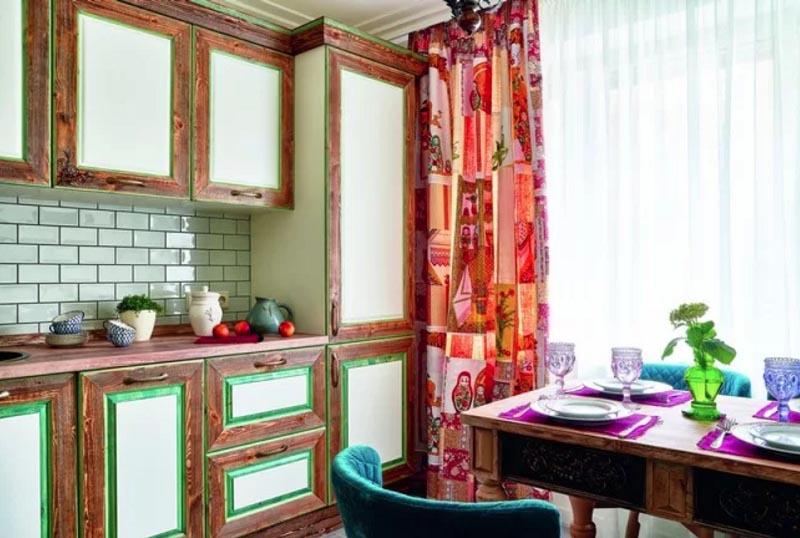 Для украшения шкафчиков дизайнеры использовали неожиданный приём – зелёную окантовку в сочетании с деревом и белыми фасадами