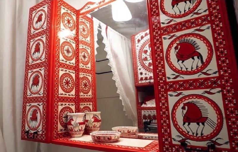 Все аксессуары в ванной комнате украшены вручную мезенской росписью