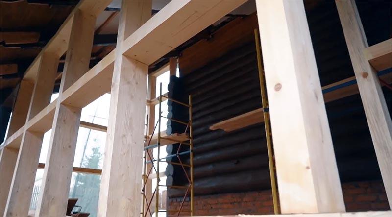 Новую веранду пристроили к части дома из сруба