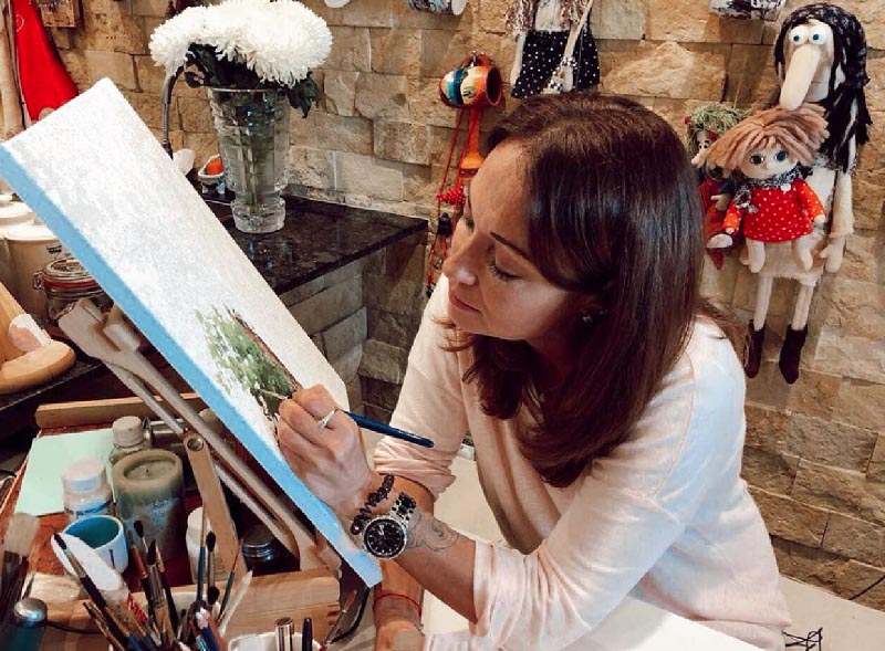 Для рисования Виктория купила небольшой складной мольберт, который можно брать с собой в дорогу